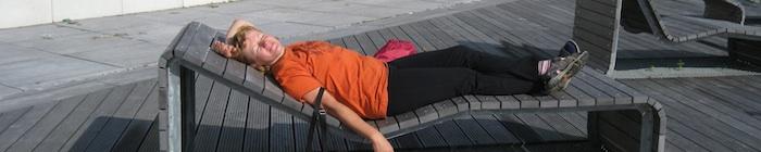 Dame ligt te zonnen op een ligstoel