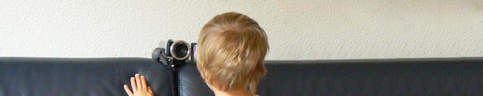Kind kijkt in een videocamera