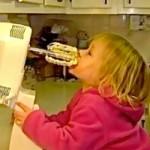 Kind likt aan keukenmixer