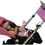 Baby in inactieve zit in een kinderwagen