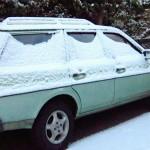 Besneeuwde auto