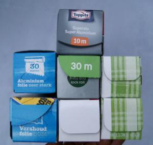 Een verzameling verpakkingen van aluminiumfolie en huishoudfolie op een rol.